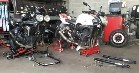 Fork oil seal replacement on Triumph Speed Triple and Yamaha FZ1